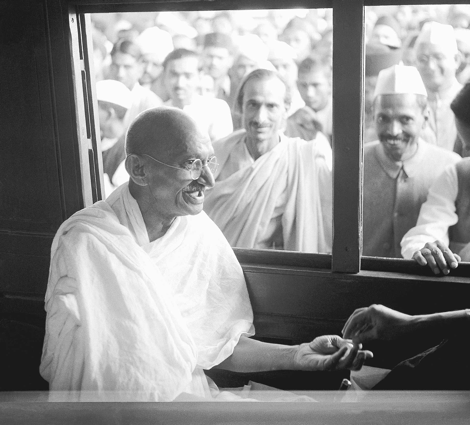 Ганди получает пожертвование в купе поезда (1940)